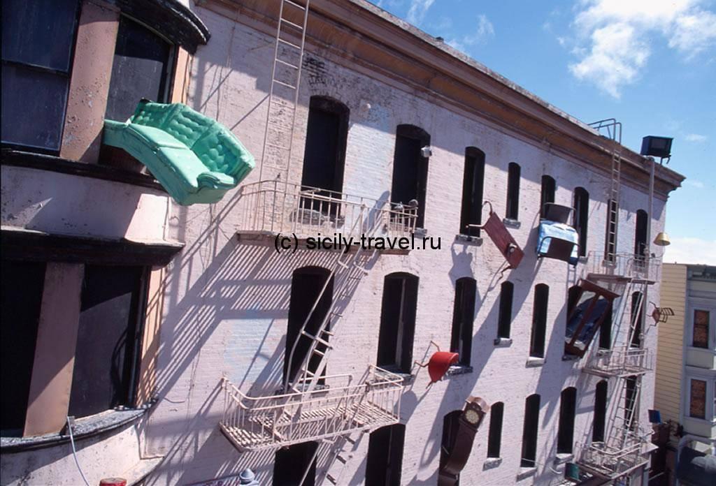Выбрасывание мебели в Италии на Новый год