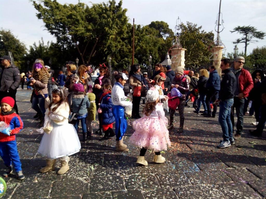 Дети на карнавале
