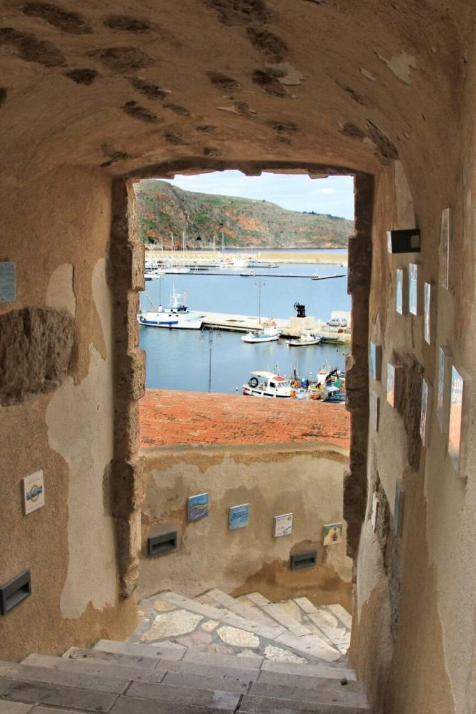 Кастелламмаре дель Гольфо , антика скала.древняя лестница в порт
